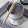 le-pinceau-d-artiste-pose-sur-pot-eclat-paillete