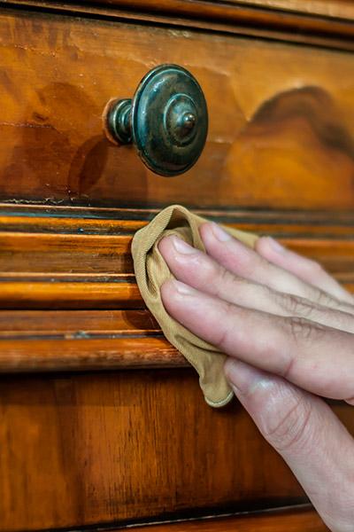 enlever-taches-bois-le-detachant-liberon-table-drappier-entretien-detachant-bois-vernis-mode-emploi